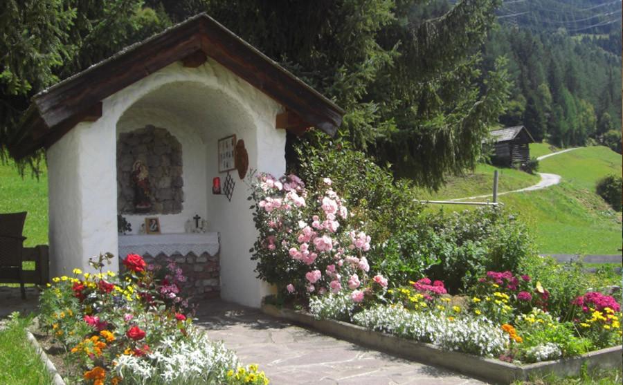 die kleine Hauskapelle im Garten