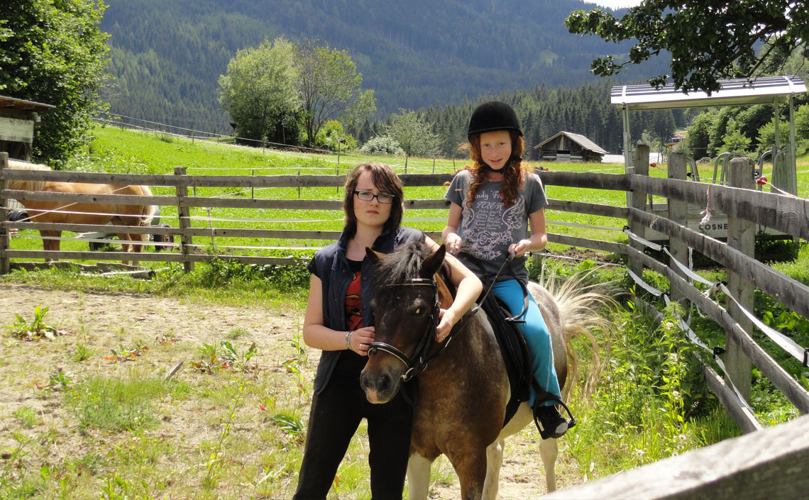 auf dem Pony reiten