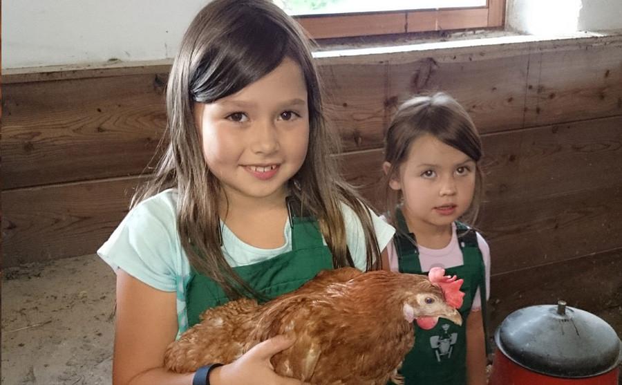 Kinder im Hühnerstall