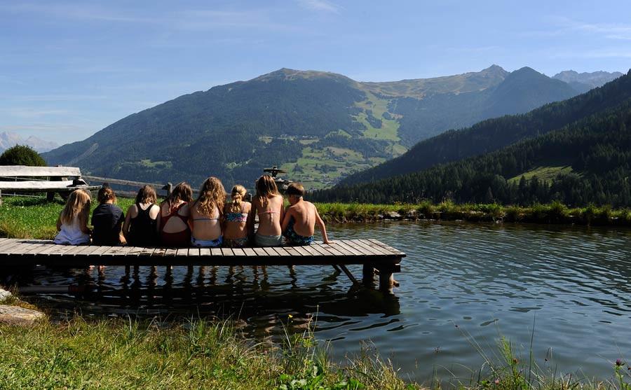 Kinder am Badeteich