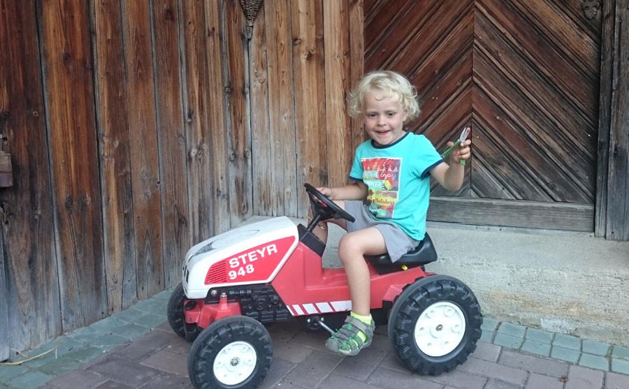 Kleiner Traktorfahrer