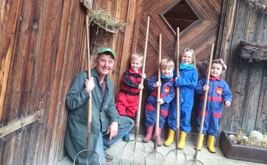 Am Bauernhof mithelfen