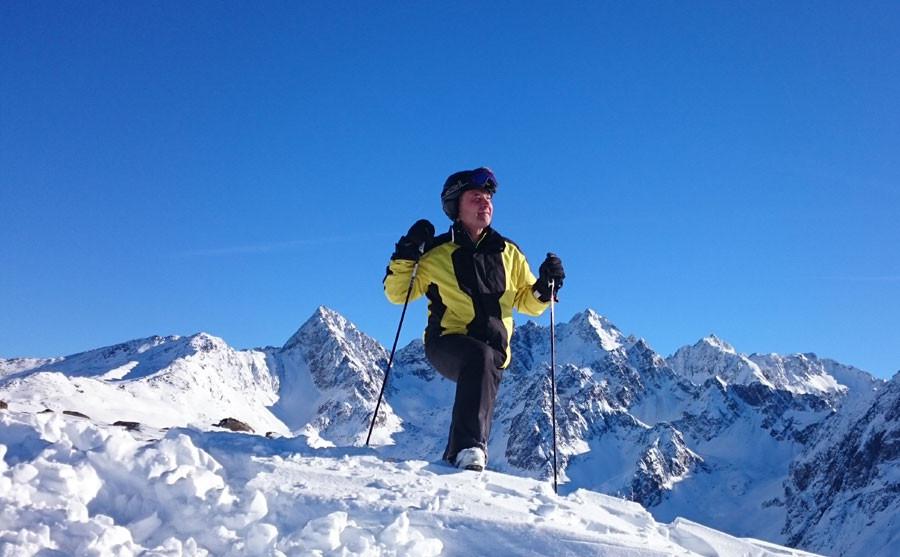 Bauer Hans genießt den Bergblick