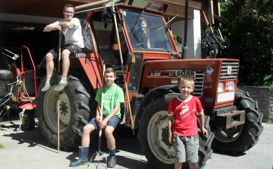 Kinder am Traktor